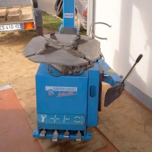 Machine à pneus : Pédale commande bras, rotation, mors et décolle pneus.